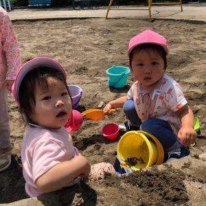砂場遊びをする園児達