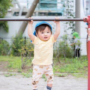 鉄棒で遊ぶ園児