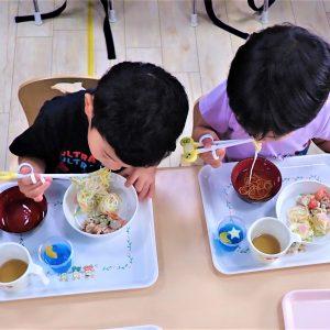 給食を美味しそうに食べる園児達