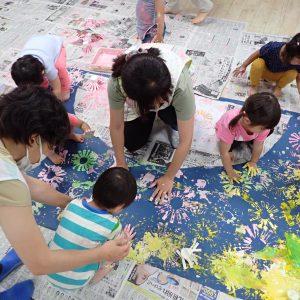 花火の絵を描く園児達