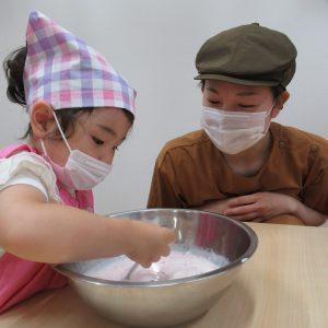 調理を手伝っている園児