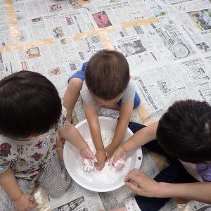 粘土作りをして遊ぶ園児達
