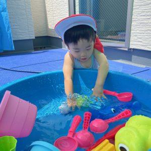 プール遊びをする子ども