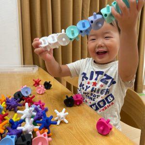 指先を使う玩具で楽しく遊ぶ子ども