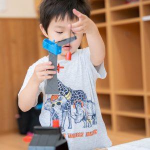 指先を使う玩具で遊び子ども