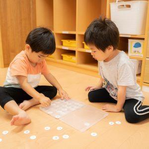 手作り玩具で遊び二人の園児