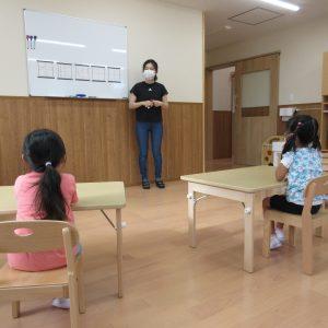 書き方教室で先生が子ども達に教えている